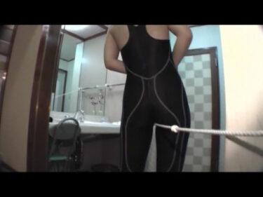 スパッツ型競泳水着を着たままの股間をピンクローターで押すと、マンスジが浮かび上がる!